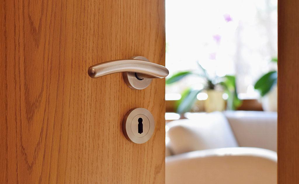 ¿Cómo hacer que la puerta de tu casa no se abra sola?