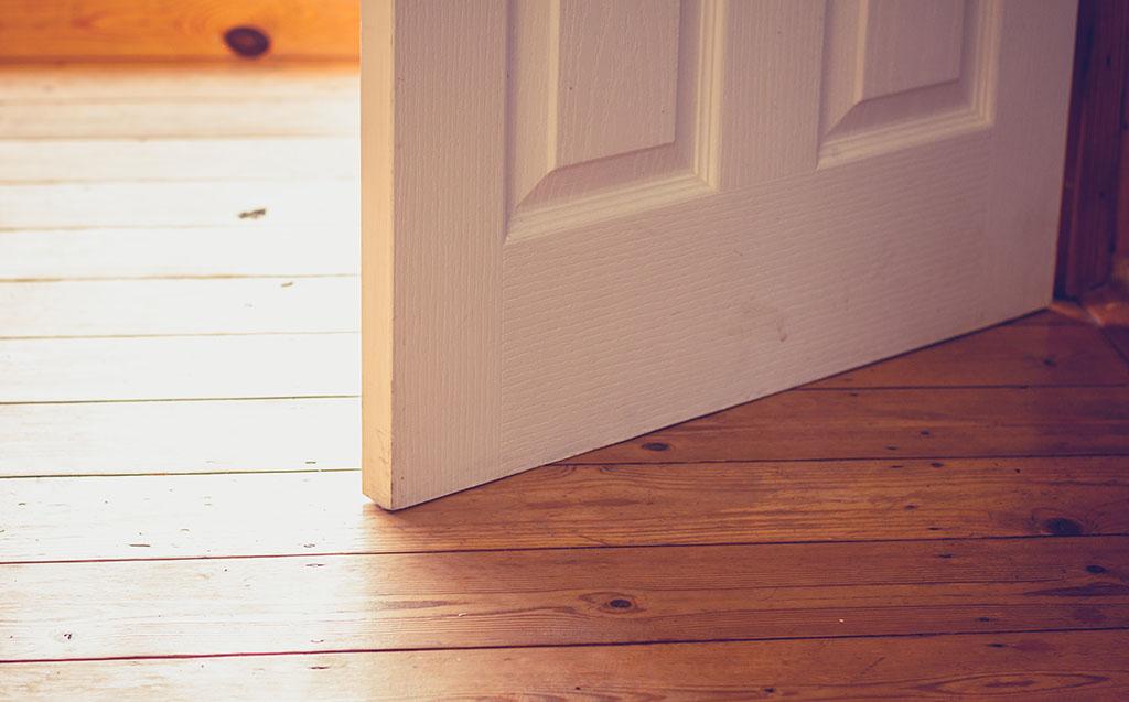 ¿Por qué tu puerta se abre sola?